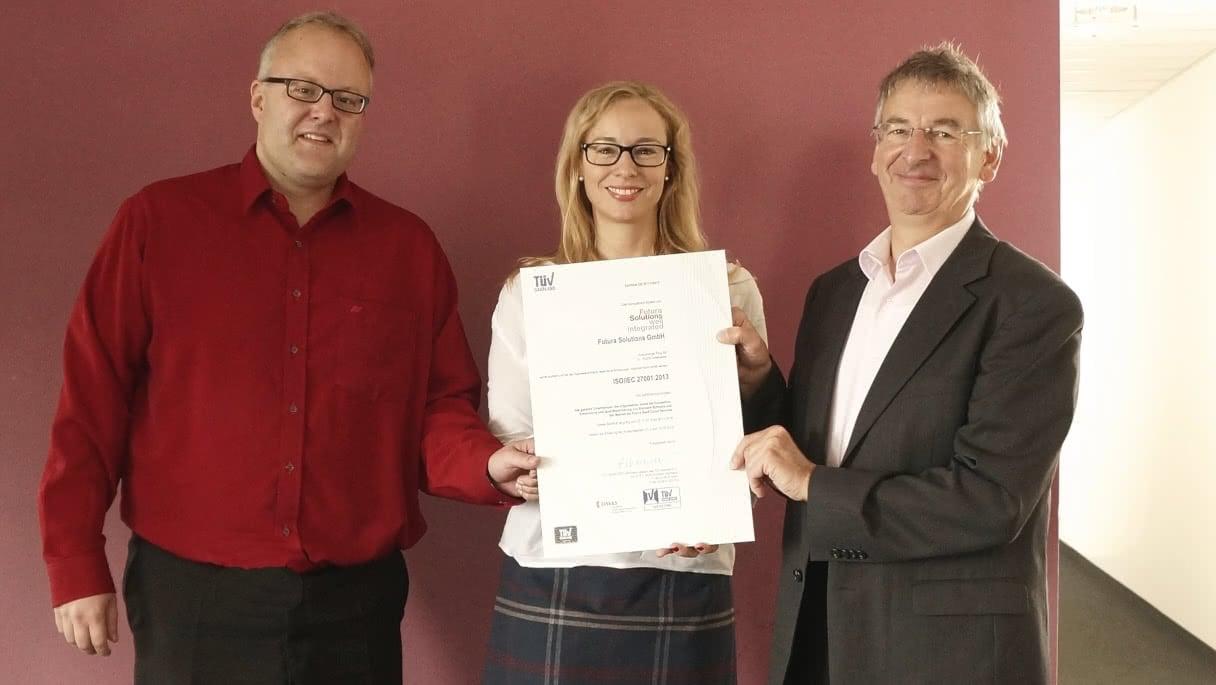 Bild zur Uebergabe des ISO-Zertifikats für Futura Solutions