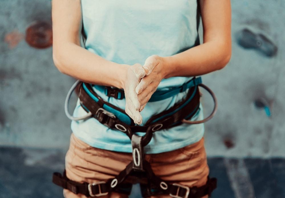 Stockbild Kletterer, der sich bereit macht