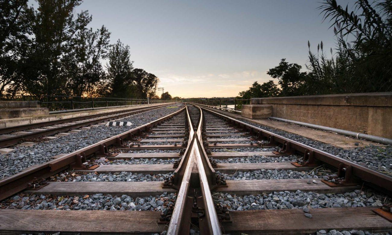 Bild zum Blogpost, das zwei Gleise zeigt, die ineinander führen
